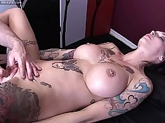Beautied bimbo knows how to give an erotic massage